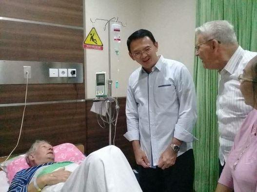 Ahok mengunjungi Pastor Albert Smit MSC di RS Carolus yang ditemani Pastor Kees Bertens MSC and Ibu Ketty