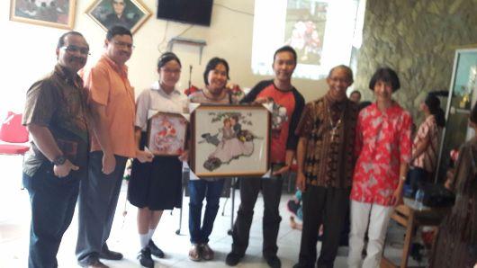 Uskup Bogor Mgr Paschalis Bruno Syukur OFM (kedua dari kanan) bersama pengurus Panti ABAS, para pastor dan pemenang lukisan hasil karya anak-anak ABAS dalam lelang untuk menyumbang pembangunan Seminari dan Rumah UNIO