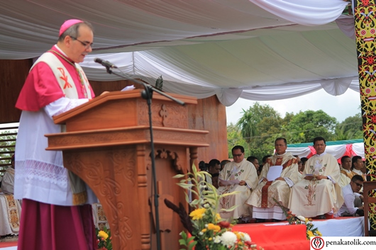 Mg Samuel Oton Sidin OFM mendegarkan homili yang dibawakan oleh Dua Vatikan unuk Indonesia Uskup Agung Antonio Guido Filipazzi