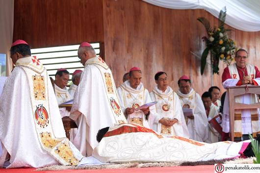 Mgr Samuel Oton Sidin OFMCap merebahkan diri. Foto pcp/PEN@ Katolik