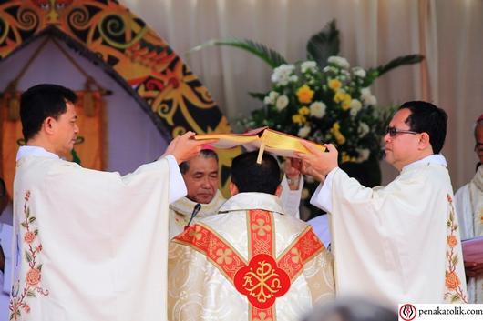 Setelah Doa Tahbisan, Uskup Sintang yang baru menerima Minyak Suci, Kitab Injil dan Cincin. Foto pcp/PEN@ Katolik