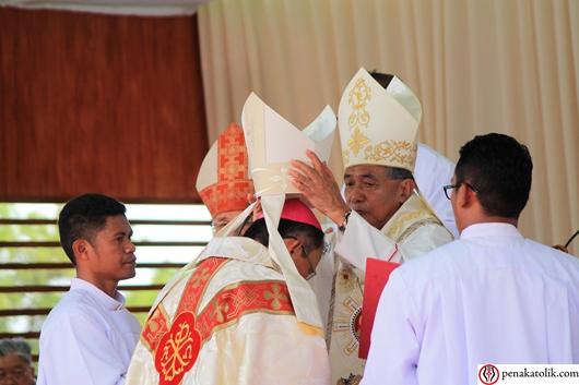 Mgr Samuel Oton Sidin OFMCap menerima  mitra. Foto pcp/PEN@ Katolik