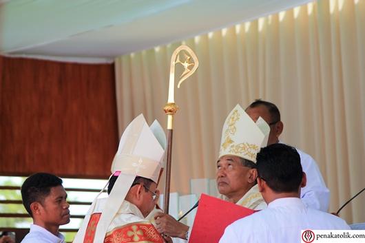 Mgr Samuel Oton Sidin OFMCap menerima tongkat. Foto pcp/PEN@ Katolik
