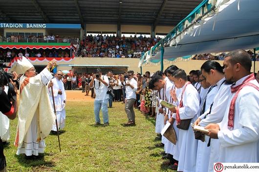 Mgr Samuel Oton Sidin OFMCap memutari Stadion Baning untuk memberi pemberkaan perama kepada uma yang hadir serta para religius dan imam. Foto pcp/PEN@ Katolik
