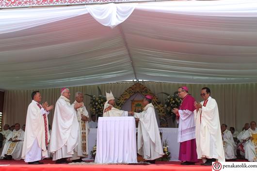 Serah terima Keuskupan Sintang dari Mgr Agutsinus Agus kepada Mgr Samuel Oton Sidin OFMCap. Foto pcp/PEN@ Katolik