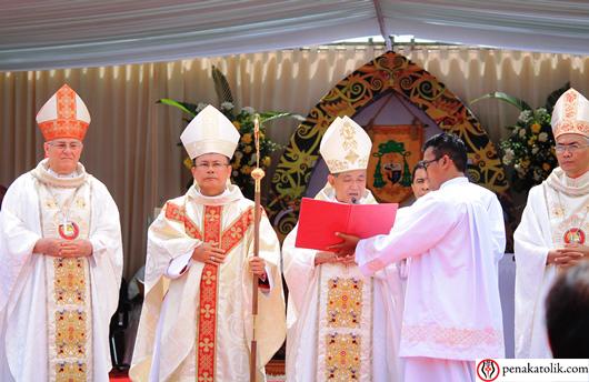 Mgr Agustinus Agus (sedang membaca) didampingi Uskup Penahbis Pendamping Mgr Pius Riana Prapdi (kanan) dan Mgr Yulius Mencucini CP (kiri): Saudara-saudari terkasih Keuskupan Sintang kini mempunyai Uskup baru Mgr Samuel Oton Sidin OFMCap (memegang tongkat). Foto PEN@ Katolik