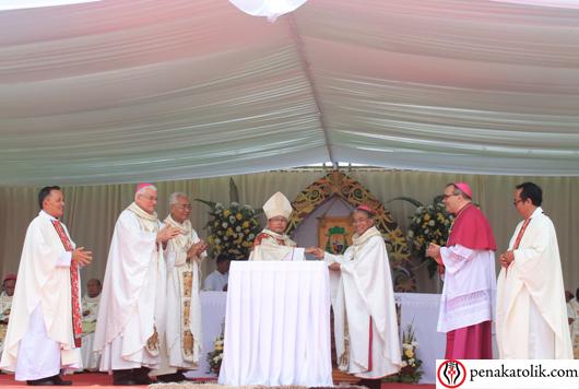 Serah terima dari Administrator Apostolik Sintang Mgr Agus kepada Uskup Sintang yang baru, Mgr Samuel. Foto PEN@ Katolik