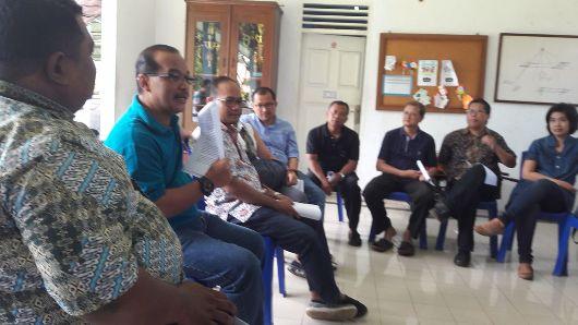 Pastor Antonius Dwi Haryanto Pr (kaos biru) memberikan pengarahan kepada sejumlah tokoh umat mengenai kegiatan Minggu Panggilan