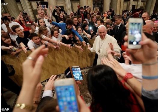 Paus meninggalkan Basilika Santa Maria Maggiore