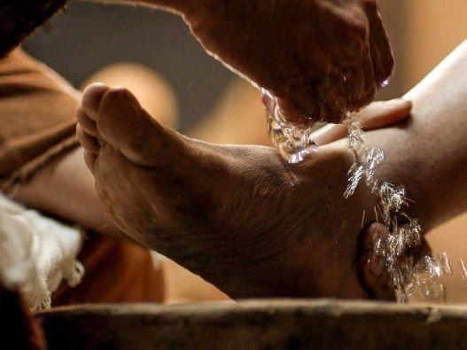 Yesus membasuh kaki para murid1
