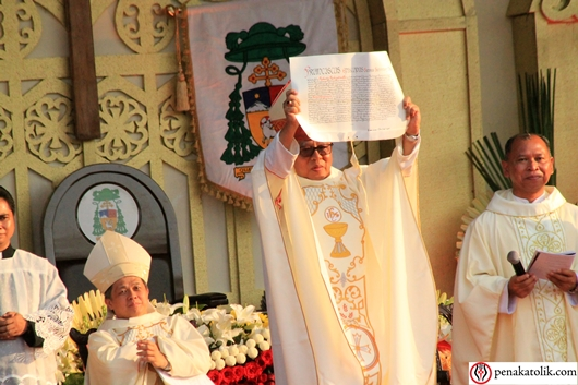 Surat Pengangkatan dari Tahta Suci tentang pengangkatan Pastor Robertus Rubiyatmoko sebagai Uskup Agung Semarang diperlihatkan kepada umat, Foto PCP/PEN@ Katolik
