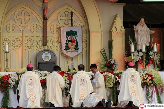 Mgr Robertus Rubiyatmoko merebahkan diri saat Litani Orang Kudus, Foto PCP/PEN@ Katolik