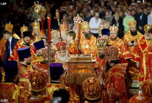 Para klerus Ortodoks Rusia membawa relikui Santo Nikolas ke dalam Katedral Kristus Sang Penyelamat di Moskow, Rusia - AP