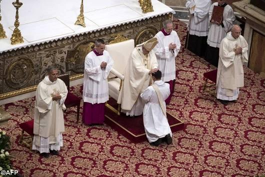 Paus tahbiskan 10 imam2