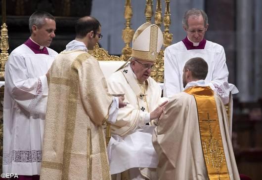 Paus tahbiskan 10 imam4