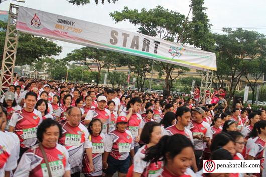 Peserta Joyful Run 2017 mulai berlari, namun karena banyaknya peserta mereka mulai dengan bersiap berjalan