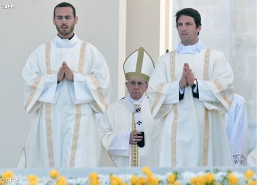 Paus Fransiskus merayakan Misa Kanonisasi untuk dua anak gembala, Beato Francisco dan Beata Yacinta di Fatima -AFP