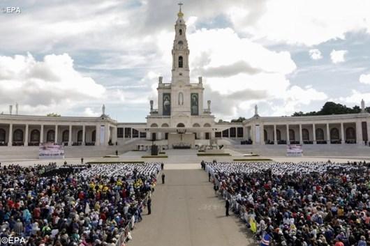 Paus Fransiskus dalam kanonisasi Francisco Marto dan Jacinta, dua dari tiga anak gembala di tempa suci   Fatima, 13 Mei 2017 - EPA