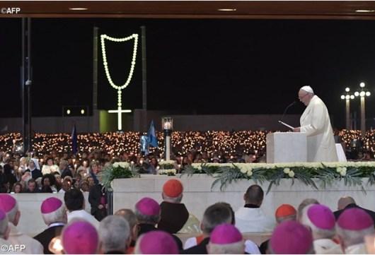 Paus Fransiskus memimpin ratusan ribu peziarah dalam Doa Rosario Jumat malam, 12 Mei 2017, di Fatima, Portugal. Paus berada di sana untuk berziarah merayakan peringatan 100 tahun penampakan Bunda Maria kepada tiga anak gembala di sana - AFP