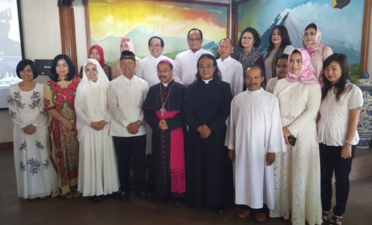 Uskup Agung Semarang dan Kapolda Jateng bersama Kuria Keuskupan Agung Semarang, Pastor Budi Purnomo dan sebagian keluarga Polda Jateng