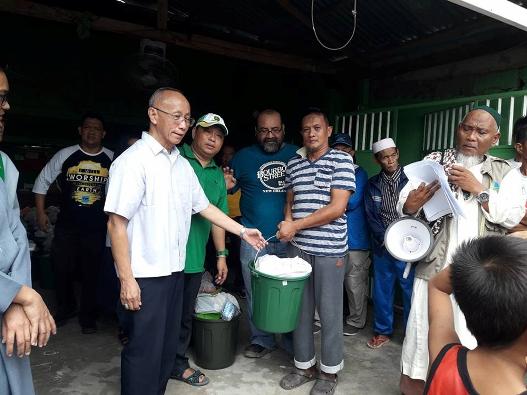 Uskup Agung Cagayan de Oro Mgr Antonio Ledesma SJ memimpin distribusi barang-barang bantuan dan kebutuhan dasar lainnya kepada pengungsi Marawi di desa Vaminta di Opol, Misamis Oriental, 2 Juni 2017. CARL CABARABAN / CONTRIBUTOR