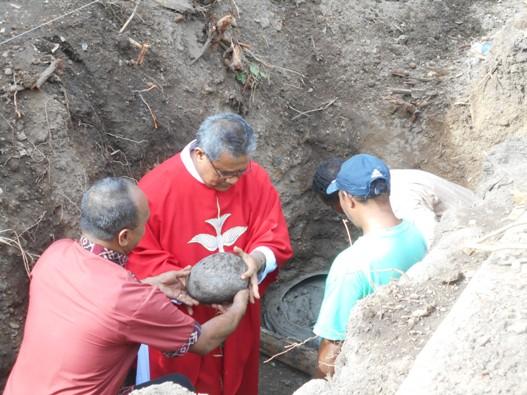 Maumere Peletakan batu pertama oleh Vikjen