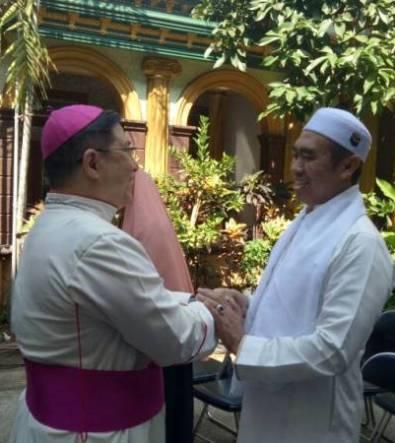 Uskup Malang Mgr Henricus Pidyarto Gunawan OCarm memberikan ucapan selamat Idul Fitri kepada Walikota Malang