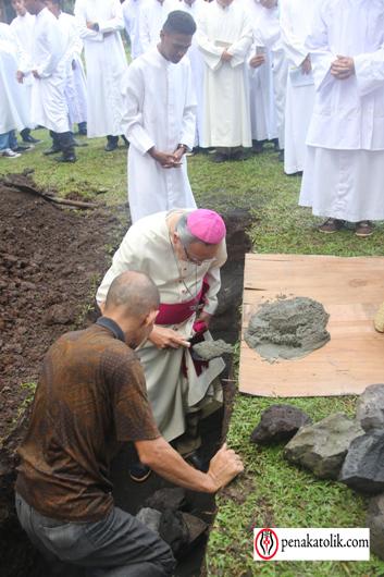 Mgr Rolly di Pineleng (10)