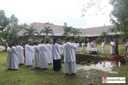 Mgr Rolly di Pineleng (6)