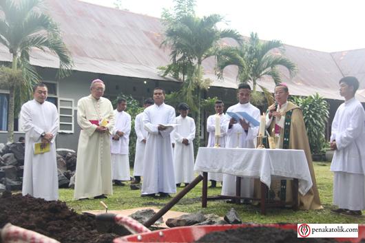Mgr Rolly di Pineleng (7)