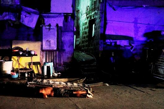 Seorang pendorong obat terlarang terbaring di tanah setelah dia ditembak mati setelah sebuah operasi polisi di daerah kumuh di Navotas City, 17 Agustus 2017. VINCENT GO
