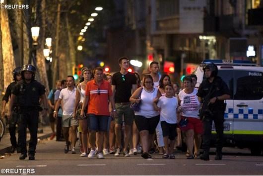 Polisi mengevakuasi warga setelah sebuah movil van menghantam pejalan kaki di Las Ramblas Barcelona