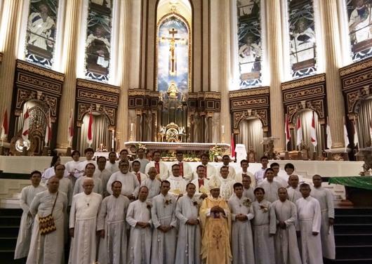 Para Bruder MTB yang ucapkan kaul dan rayakan pesta hidup membiara berfoto bersama Mgr Agus beserta para imam dan bruder MTB di Katedral Pontianak. Foto Suster Maria Seba SFIC