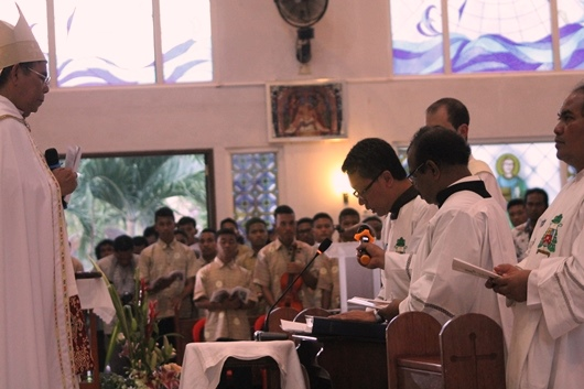 Mgr Adrianus Sunarko OFM mengucapkan janji kesetiaan di depan Martinus Dogma Situmorang OFMCap