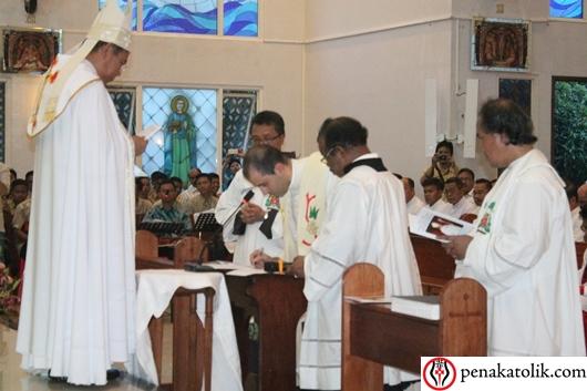 Sekretaris Duta Vatikan untuk Indonesia Pastor Fabio Salermo menandatangani janji kesetiaan yang  sudah diucapkan dan ditandatangani oleh  Mgr Sunarko