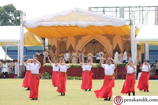 Para penari dalam Misa Tahbisan Mgr Adrianus Sunarko OFM