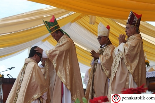Penumpangan tangan para uskup kepada uskup terpilih. Mgr Yohanes Harun Yuwono mengakhiri tugasnya sebagai Administrator Apostolik Keuskupan Pangkalpinang