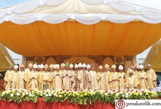Foto bersama para para uskup yang hadir