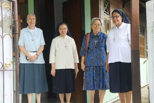 Kepala Sekolah SMP Theodorus Kotamobagu Suster Maria Florentina Memu OSU (paling kanan) menamani para tamu