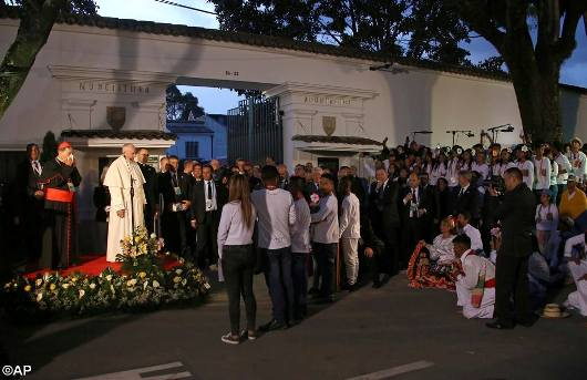 Paus Fransiskus di depan Kedutaan Vatikan
