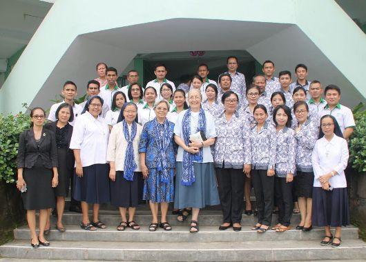 Prioress General OSU Suster Cecilia Wang OSU bergambart bersama provinsial USU Indonesia, penasehat dewan jenderal, kepala sekolah SMP Theodorus Kotamobagu serta para guru