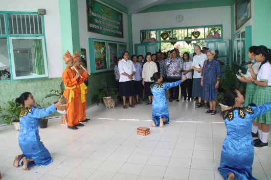 Tarian Adat Bolaang Monondow menjemput pimpinan tertinggi Ursulin dari Roma dan provinsial Ursulin dari Indonesia