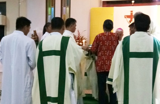 Upacara pemasangan jubah dan stola diakon didampingi oleh kedua orangtua masing-masing (Sr Maria Seba SFIC)