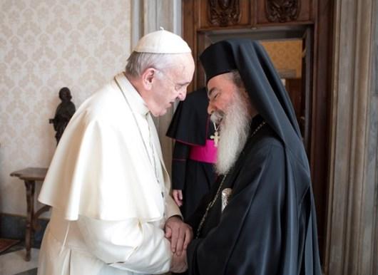 Paus Fransiskus menyalami Theophilos III