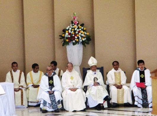 Mgr Agustinus Agus bersama Pastor Yohanes Indrakusuma CSE, Pastor Sergius Paulus CSE, serta para imam dan diakon yang ditahbis