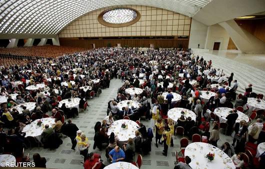 Paus Fransiskus makan siang bersama 4000 orang miskin setelah Misa bersama mereka