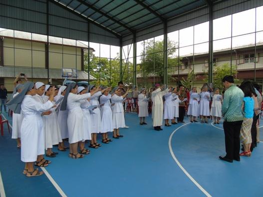 Mgr. Agus dan Para Suster SFIC memberi berkat kepada para donatur (2)