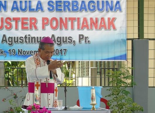 Mgr. Agus memberkati air yang akan di gunakan untuk memberkati aula