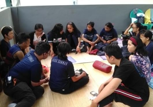 Panitia dan Pengurus OSIS SMAK Santa Maria Malang sedang berembuk (2)