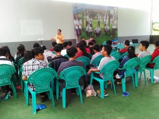 Peserta LKTL dari SMAK Santa Maria Malang sedang mendengarkan materi (5)